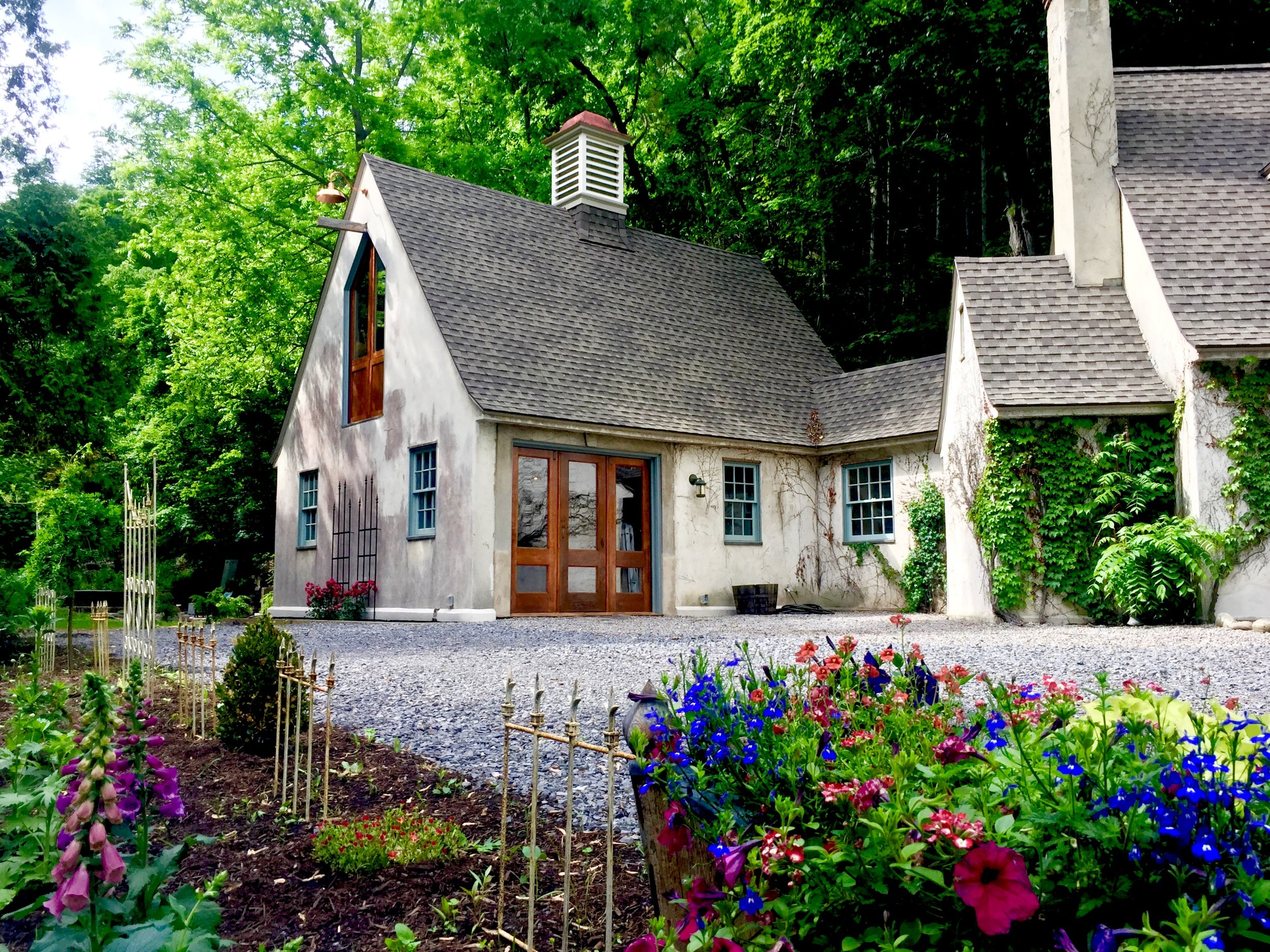 THE GUEST HOUSE For a more rustic experience, stay in the Guest House, with its cozy downstairs stable bedroom, romantic hayloft, and waterfall shower bath. Sleeps 4 -