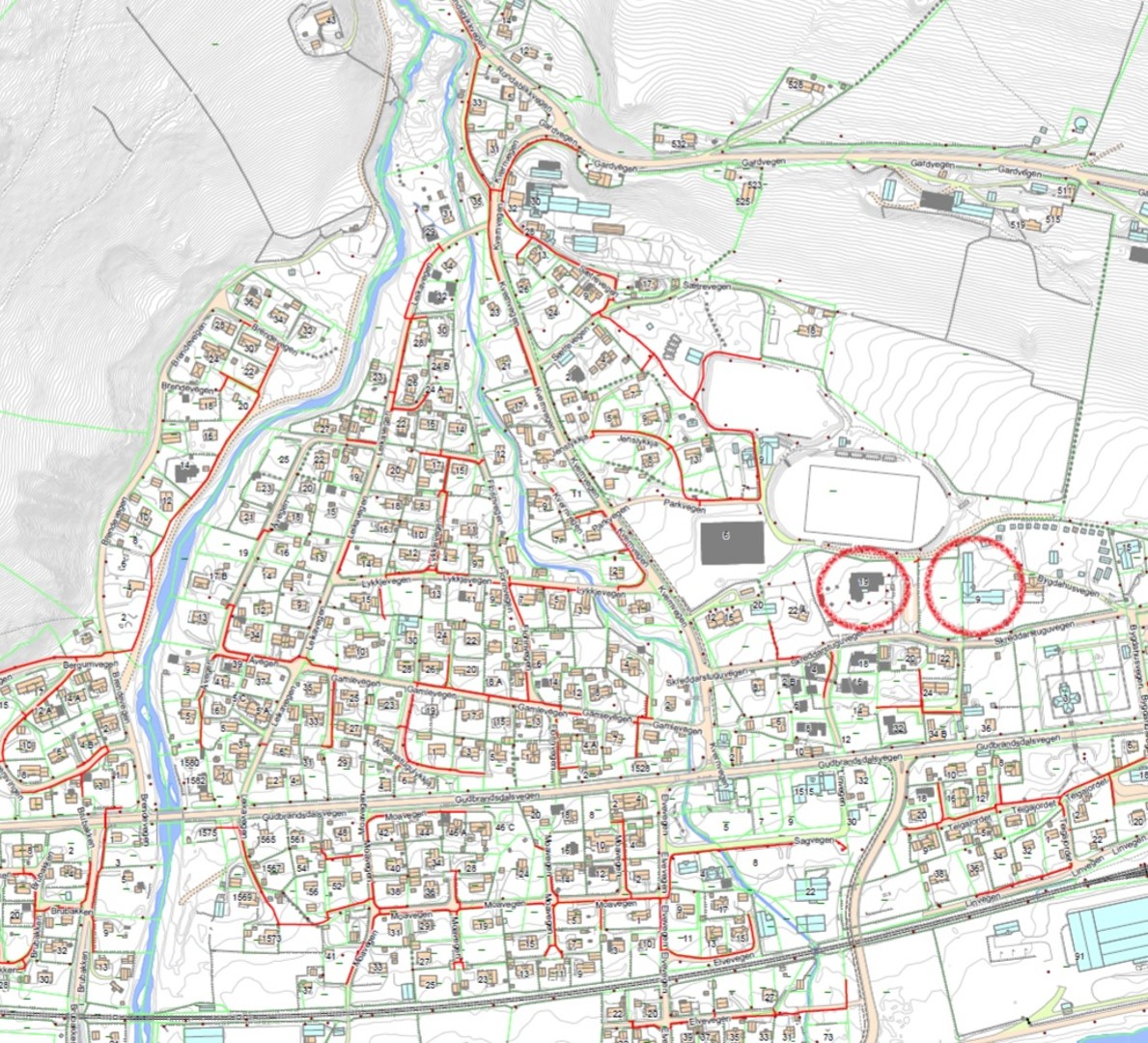 Oversikt over Kvam sentrum, gater hvor det skal legges fiber er markert med rød strek. Barnehage og skole er markert med rød sirkel.
