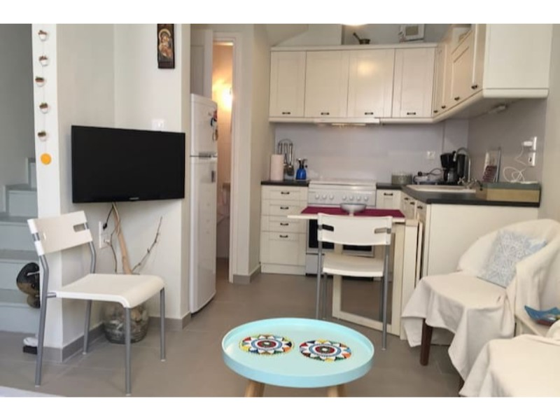 small_modern_house_in_the_center_of_skopelos_kitchen_wide.jpg