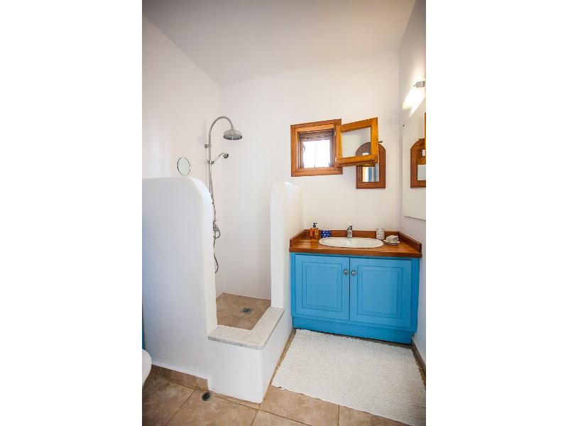 wonderful_villa_with_a_pool_bathroom_1.jpg