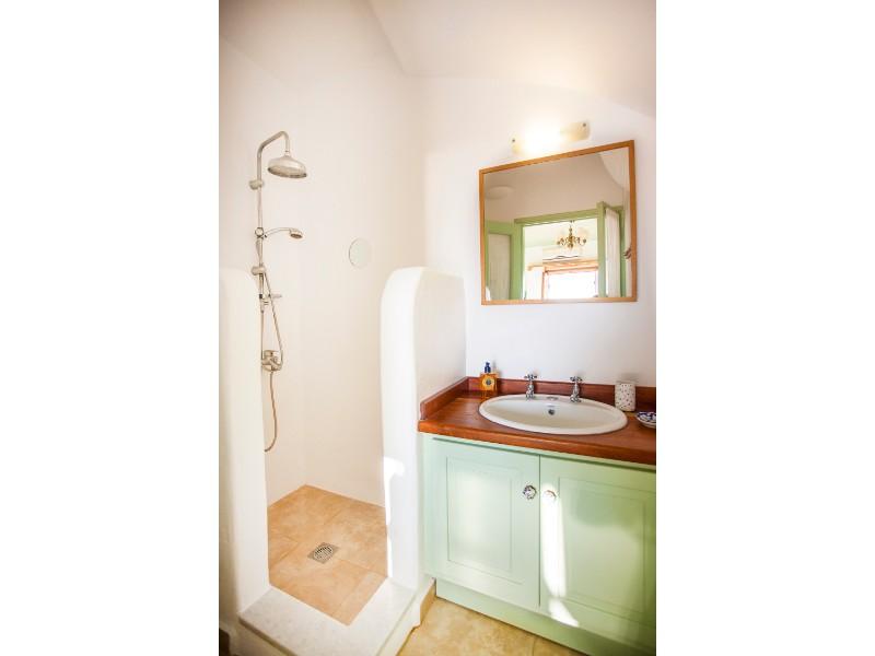 wonderful_villa_with_a_pool_bathroom_2.jpg