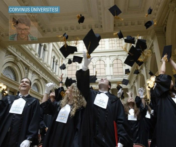 """Öğrencimiz Kaan, önümüzdeki yıl Macaristan'ın İşletme, Ekonomi ve Uluslararası İlişkiler ana bilim dallarında 1 numarası olan """"Corvinus Üniversitesi"""" nde eğitim alacak. Dünyanın en iyileri arasında yer alan üniversitenin yıllık eğitim ücretleri ortalama €3.800 dur. İlk yıl Budapeşte'de İngilizce hazırlık eğitimi alacak olan Kaan'a Avrupa'daki yeni yaşamında mutluluklar, başarılar diliyoruz. Yolun açık olsun!"""