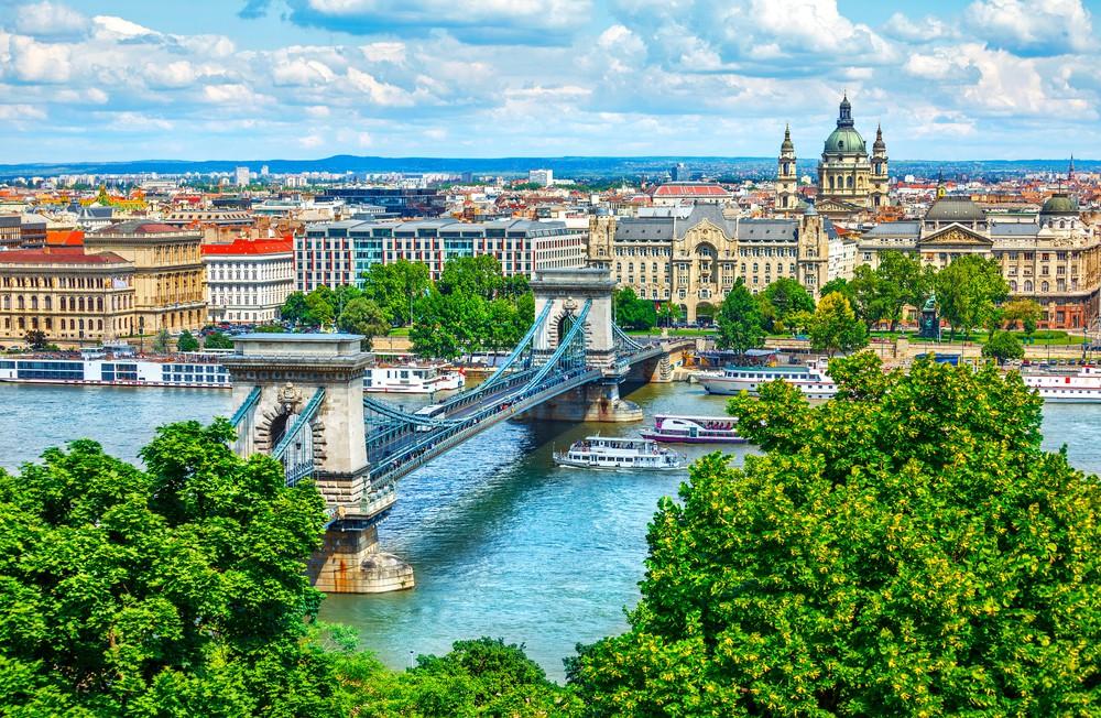On milyon nüfusa sahip olan Macaristan konumu itibariyle ve aynı zamanda eğitim için gerçekleştirdiği yatırımlar ile Avrupa birliğinde yükselişe geçen yıldızlar arasında yer almaktadır. Peki, Macaristan'ı eğitim bakımından bu kadar cazip kılan nedir? Macaristan öncelikle konum itibariyle sunduğu fırsatlarla tercih edilmektedir.
