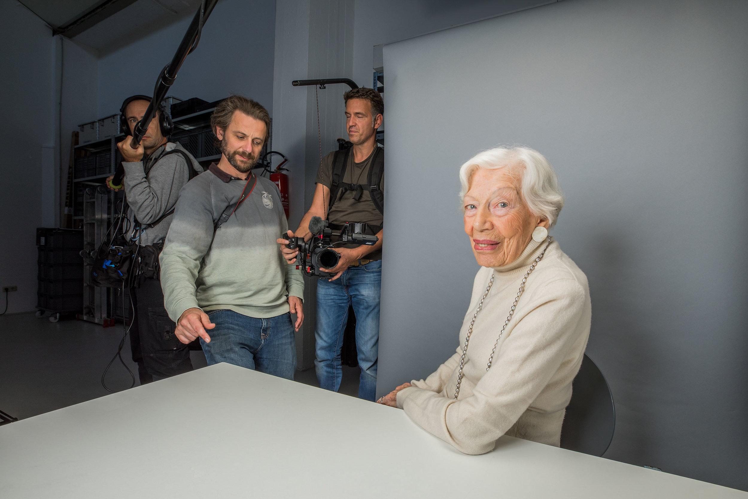 Inge Wolf (103), Regisseur Yves Schurzmann, während der Dreharbeiten zu 37° Grad