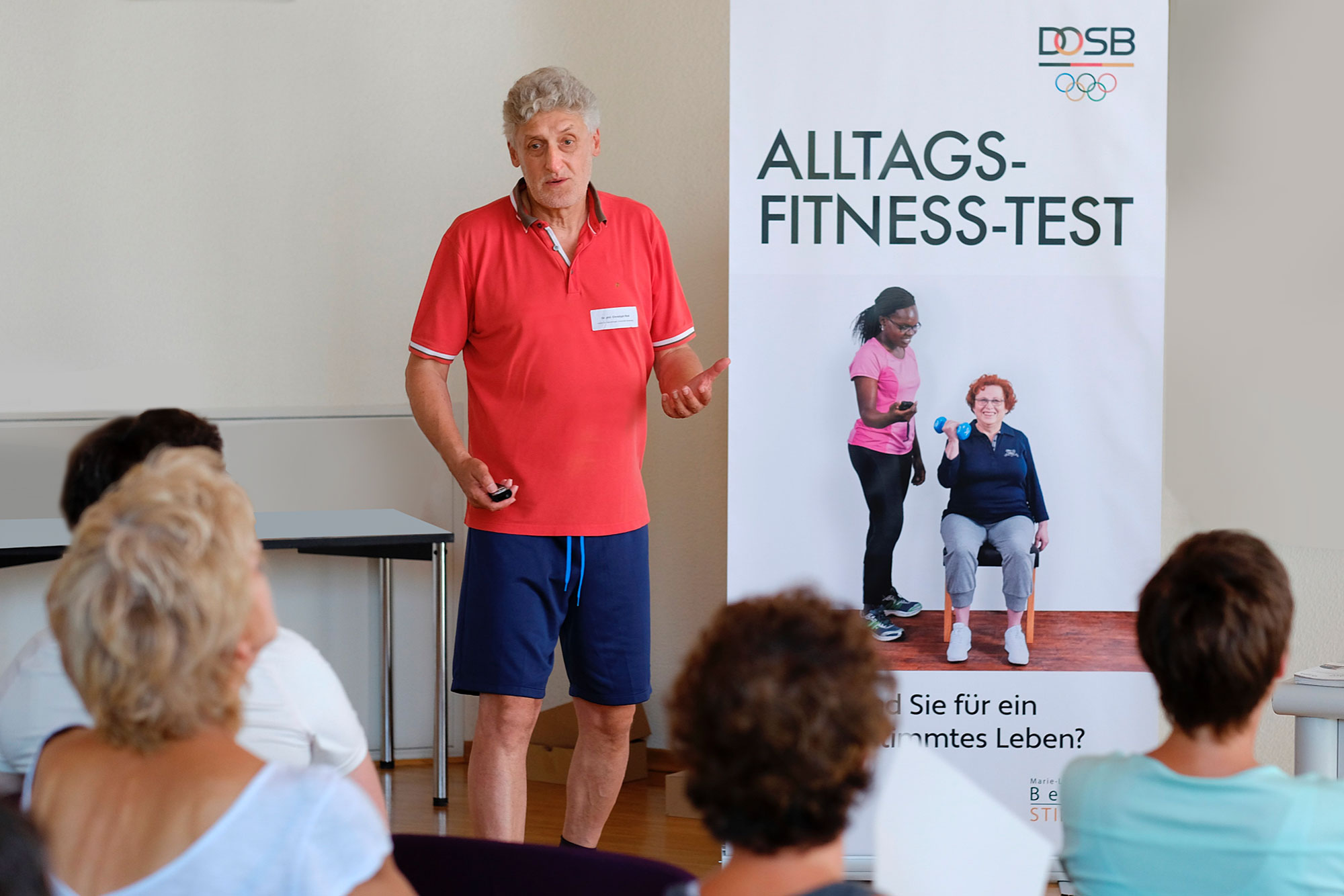 Prof. Christoph Rott und Teilnehmerinnen des Alltags-Fitness-Tests (Foto Banner © Karsten Thormaehlen)