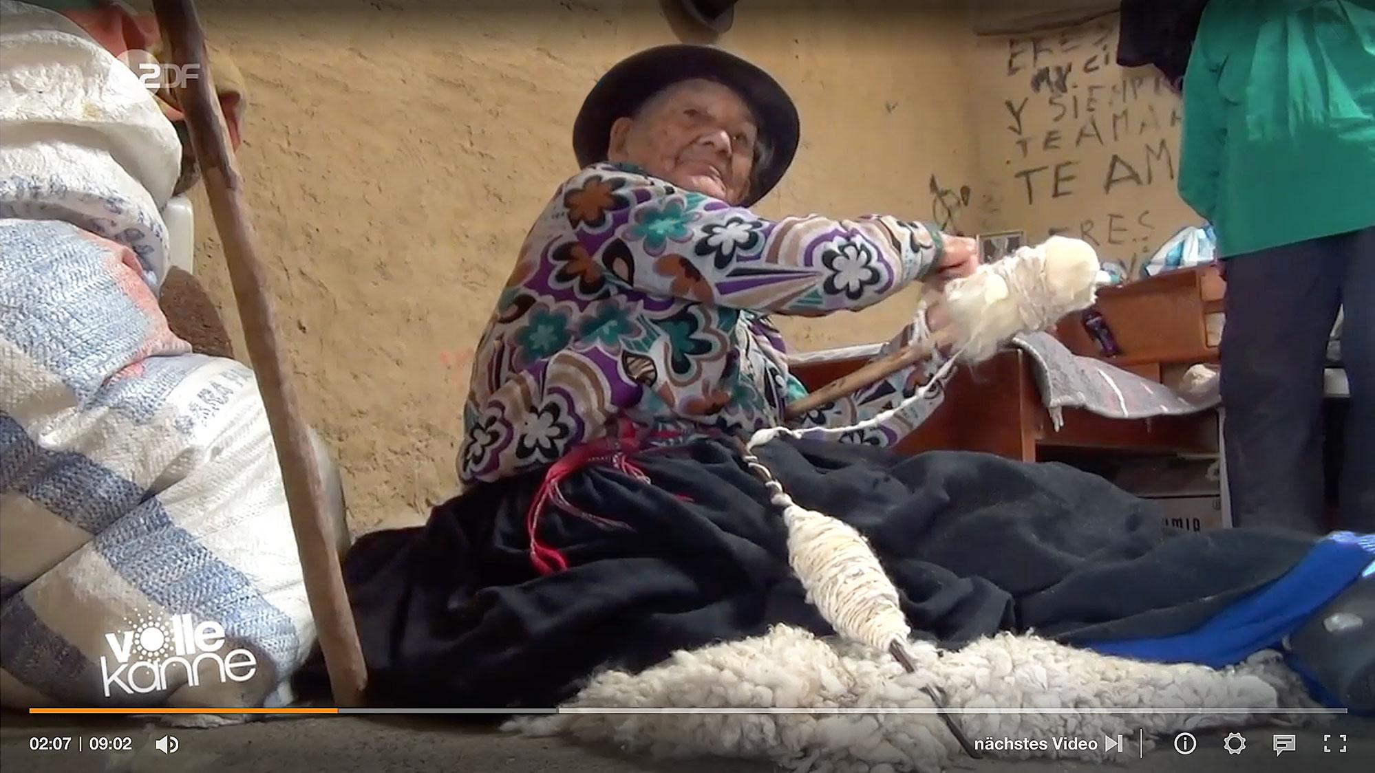 Die 102-jährige Ecuadorianerin Maria Luisa bei ihrer Lieblingsbeschäftigung: dem Spinnen von Schafwolle
