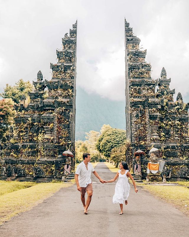 BALI HIGHLIGHT 🌿⁣ ⁣ Here's another location in Bali you may have seen a lot on Social Media. YES, it's just another famous and instagrammable gate in Bali, but could you believe this is actually the entrance of a golf hotel?⁣ ⁣ INFO: Be prepare to do a 20-minute line queue. At lest is a lot less than in Lempuyang.