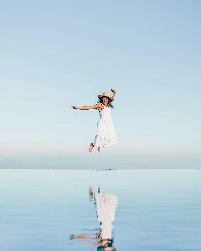 MONDAY BLUES 💧  Cuanto desearía estar en Bali en estos momentos o en cualquier lugar donde haya calor 😂🙈  Les cuento un poquito de este hotel @mundukmodingplantation   • Está ubicado en la parte norte de Bali • La zona es montañosa (por eso el view) • La temperatura es muy agradable (como en Constanza, RD) • Tienen su propia plantación de café orgánico • En el área común encontrarás esta piscina. Catalogada como una de las mejores infinity pools en Bali.  100% #cristynils recommended ✔️