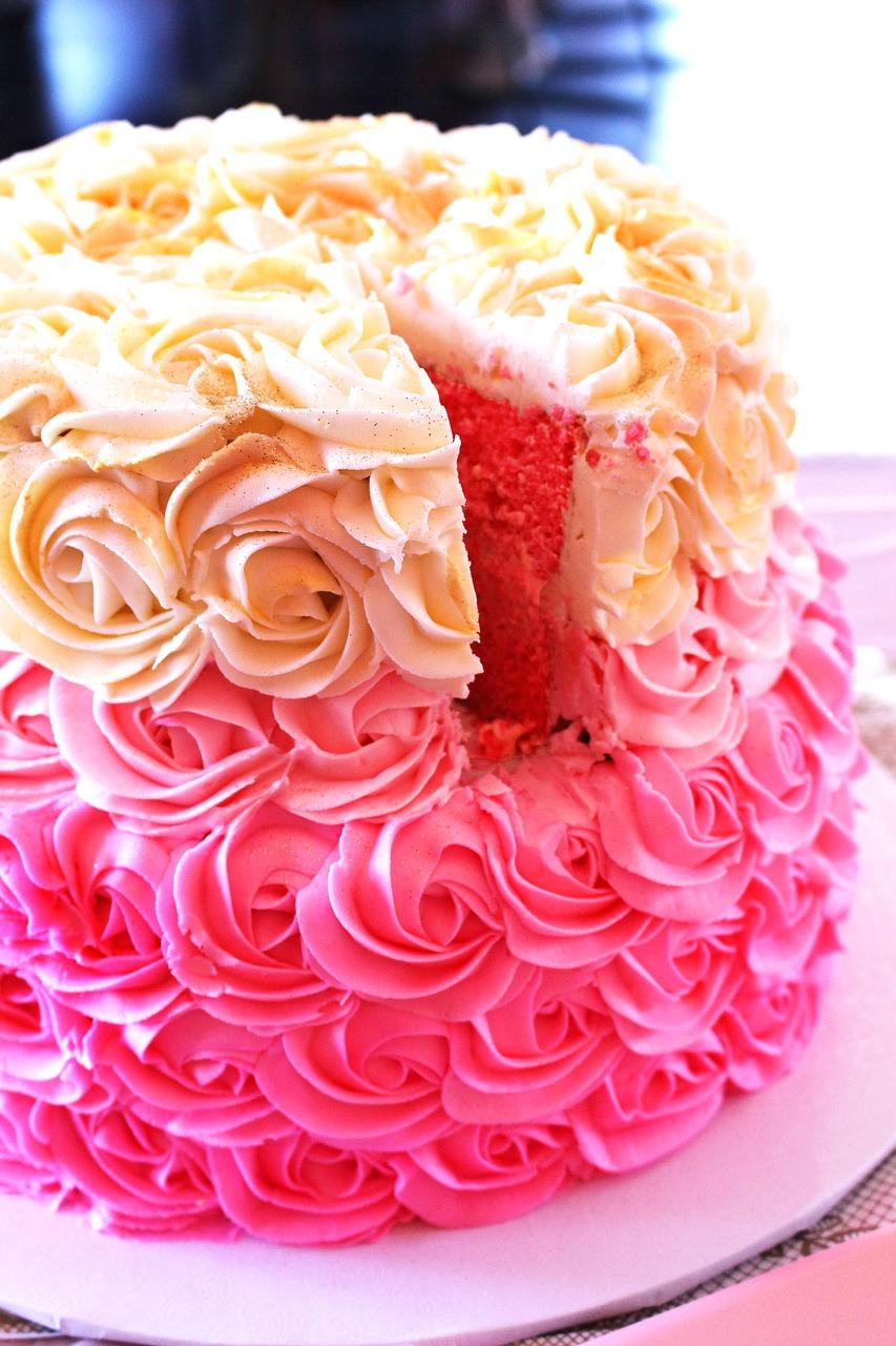 Rosekake med valgfri farge og smak   En søt og elegant kake som passer like godt til bursdag, bryllup og konfirmasjon!   PRISER, Vanlig eller Vegansk:   1 etg:  20 cm/ca 10-14 biter: 650,- 24 cm/ca 16-20 biter: 750,- 28 cm/ca 24-32 biter 950,-   2 etg: 14 + 20 cm: 950,- 18 + 24 cm: 1450,-    Obs:  Prisen gjelder for ensfargede kaker.  Ved flere farger går prisen opp med 50,- per farge.  Dette pga økt arbeidsmengde. Svart krem koster 200kr ekstra per kake.