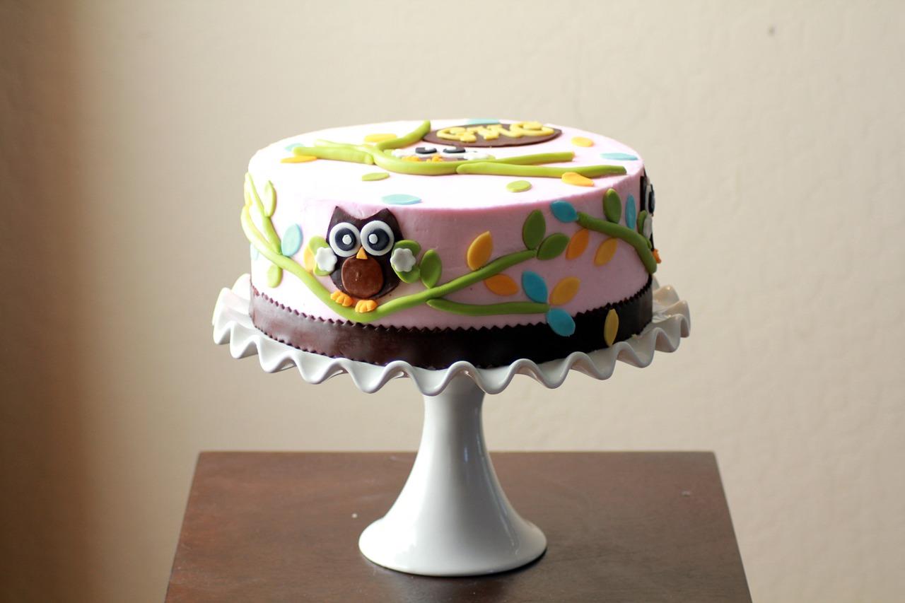 """Designerkake med fondant/marsipan. 2D   Dekk opp med en morsom temakake! Hvilket tema passer til din feiring?  Sjokoladekake eller vaniljekake inni :) Syltetøy og vegansk """"smørkrem"""" etter smak.   PRISER Vanlig eller Vegansk:  20 cm: fra 900,- 24 cm: fra 1150,-"""
