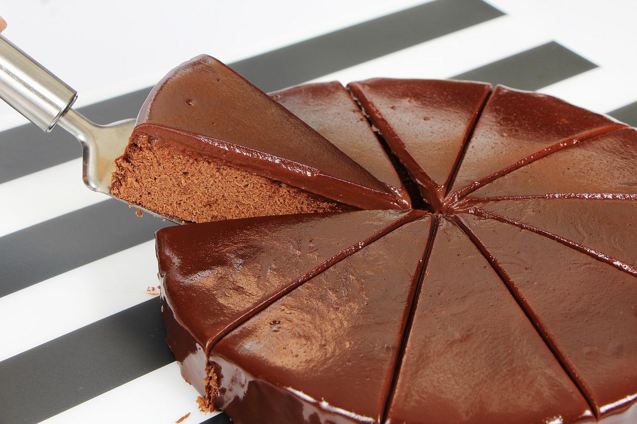Klassisk sjokoladekake   Lett å servere, lett å spise og lett å elske. Den er i tillegg veldig lett å lage og dermed litt billigere enn andre kaker med samme diameter!   PRISER Vanlig eller vegansk:  20 cm: 400,- 26 cm: 700,-