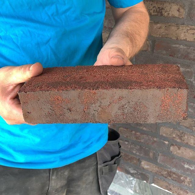 Arbetet pågår i PARTILLE, Tegel 🧱515 WS Herning #vandersanden Alla våra tegelsten har fyra fasad, snabbare process att mura Kostnadseffektiva lösning till prefabricerade element, utav 1 tegel får man 2 halvor till gjutningprocess Ex 1000 kvm tegel blir 500 kvm att beställa med Vandersanden tegel 🧱👍 Kontakta oss för mer information !!! #prefabelement #strängbetong #betongelement #fasadtegel #tegelsten #tegelarkitektur #kostnadseffektivt