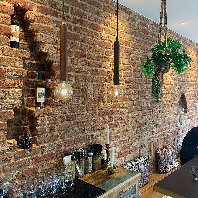 Allt fler drömmer om inomhusväggar i tegel och även om ditt hem saknar en genuin tegelvägg är det superenkelt att fixa själv med våra dekortegel som är 20 mm i tjocklek 🧱  Över 200 olika tegel att välja på, gå in på www.bml.se  #fasadtegel #tegelsten #tegelarkitektur #dekorationstegel #inredningarkitektur #inredning #varmkänsla #bml_fasadtegel #vandersandenbricks
