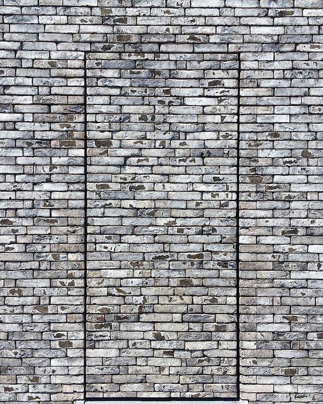 Finess och diskretion i ett 🙌🏼 📍kontakta oss så förklarar vi hur man gör ! Projektet ritat av 📐#dast_architectenduo #vandersandengroup #fasategel #sten #dörr #stilrent #tegelarkitektur #bml_fasadtegel #vakert