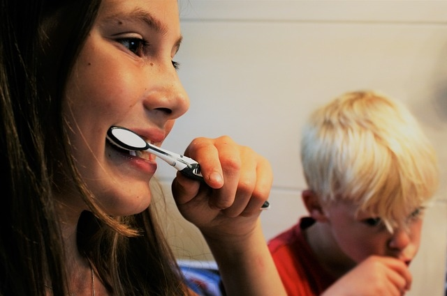 Brushing_teeth_with_child.jpg