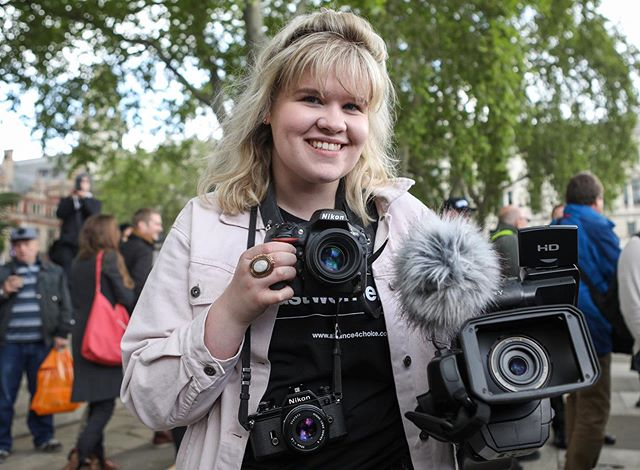 I really don't have enough hands to capture everything I see 💓😂📷 photo credit @penelopebarritt  #London #photographer #sony #nikon #shootday #parlimentsquare
