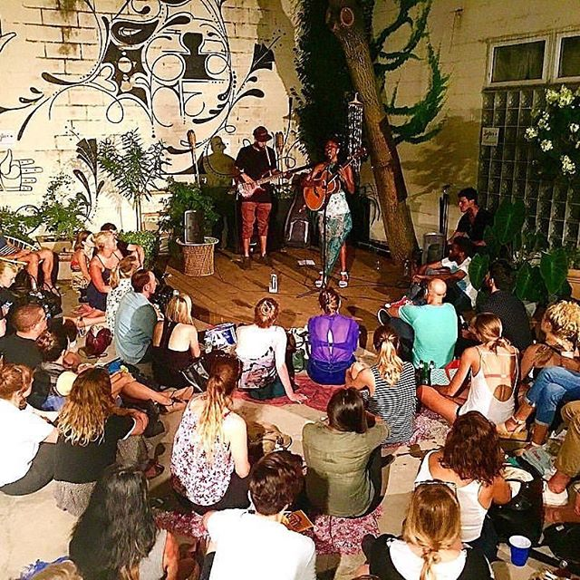 Last day to celebrate my #BURFDAY!!! I always celebrate for 7 days....I found this #magicmusic moment @sofarsounds with @seanplaynice on the bass. I'm not sure who the Guitar I'm playing belongs to🤷🏾‍♀️😂😂...🎉🎉🎉🎉🎉#cancerseason