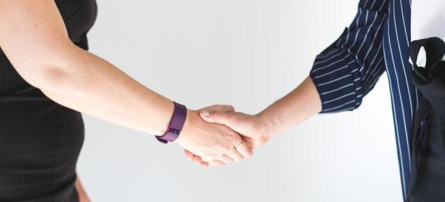 business-women-shaking-hands_925x.jpg