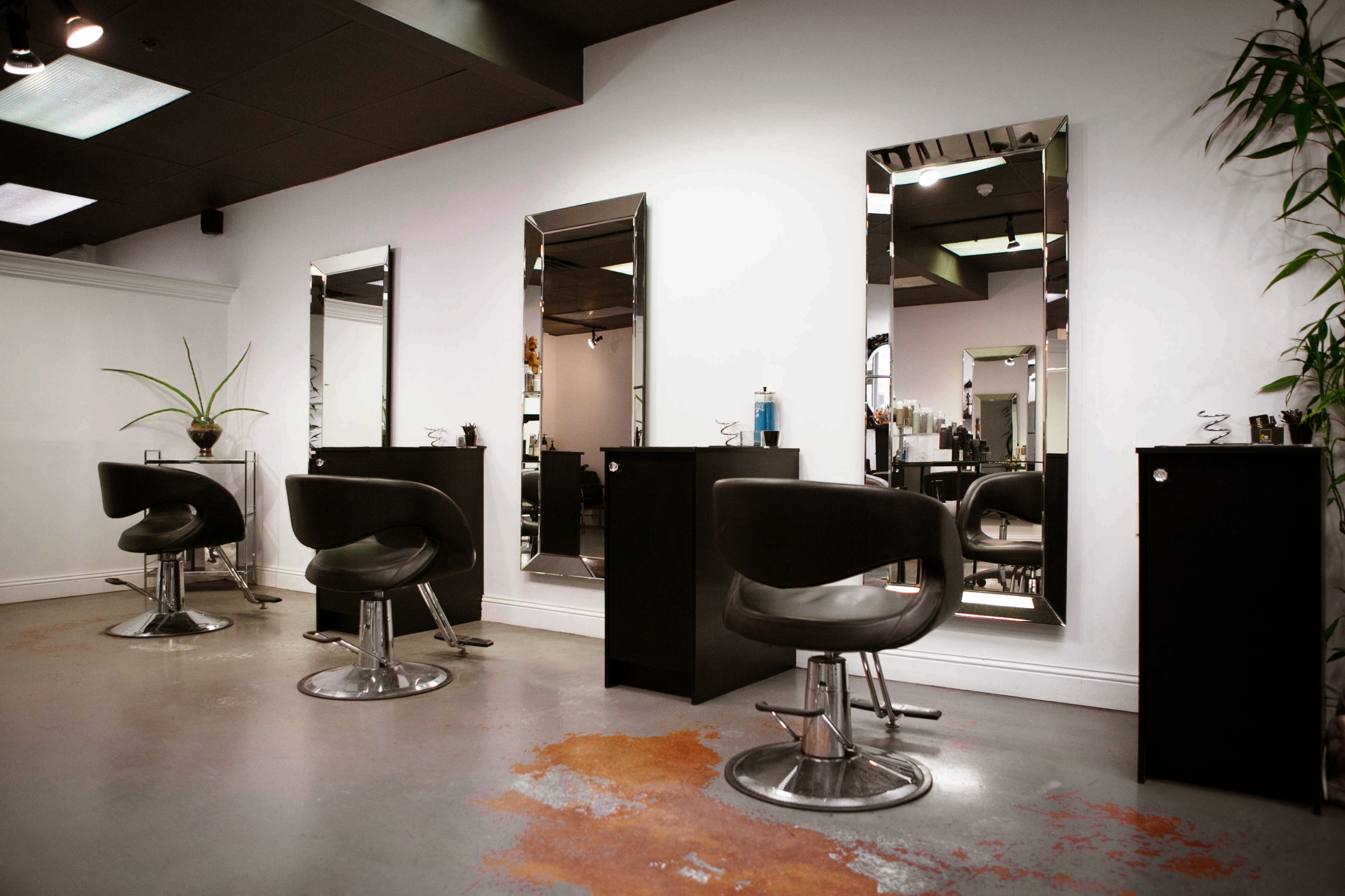 Looking to rent a chair without contract? - Stylist friendly, fully-loaded equipment and space.