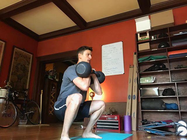 Sentadillas frontales con la girya(kettlebell)- un ejercicio con muchas lecciones y beneficios. Es vital mantener la espalda recta(pero no necesariamente vertical) este fortalece las piernas, espalda abdomen y brazos... todo en un ejercicio, especialmente si lo haces con dos! Esto es para los que ya tienen experiencia, si te interesa aprender lo basico de como usar la girya chequen mi nuevo  tutorial con los dos ejercicios basicos con la girya en el YouTube de Fuerza Natural. #fuerzanatural #muevetemas #kettlebells #frontsquat #girya #movement #movimiento
