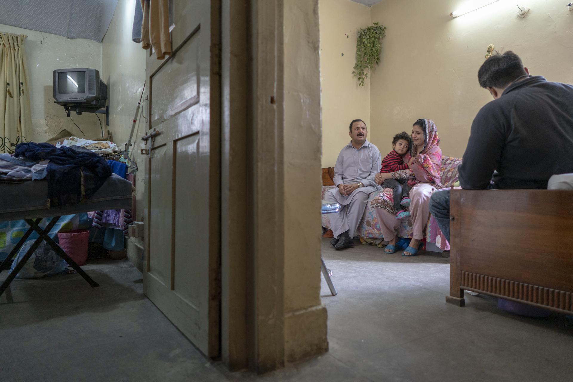 Javed Tahir und seine Frau Humaira - hier mit einem ihrer drei Kinder - leiden beide an einer erblich bedingten Muskeldystropie. (Foto: Benjamin Fuglister)
