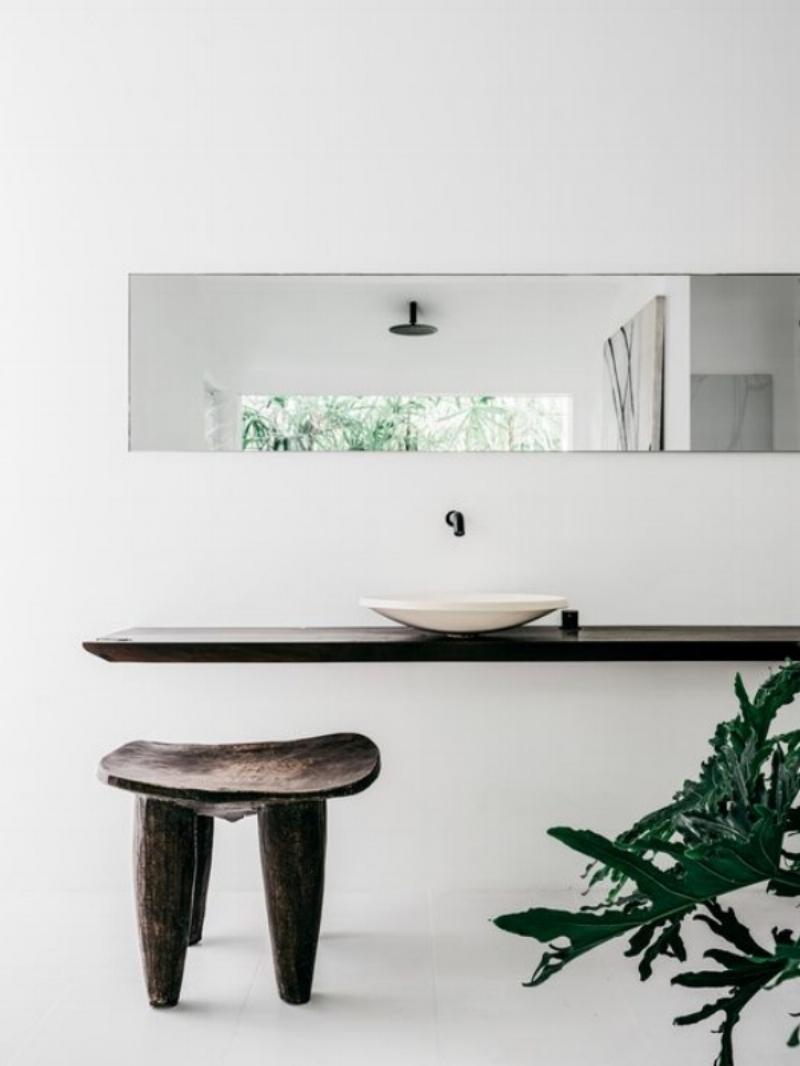 An earthy, minimalist bathroom in the stunning home of Pamela Makin. Image Via Felix Forest.