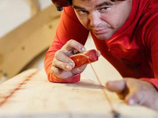 6 Produksjon - Når materialet er møbeltørt, startar sjølve produksjonen. Bordplata bli laga av gullet i trestammen – kjerneveden – som er hardare og av høgare kvalitet.Vi nyttar teknikkar som «not og fjær» for å la borda leve i kvarandre. Alt blir til slutt limt saman og satt til tørk.Heile produksjonen blir gjort som i gamle dagar, slik vi har lært av våre forfedrar, berre med meir moderne utstyr.