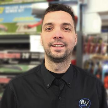 NOTRE HISTOIRE - Expert depuis près de 20 ans, Billy Girard,passionné par le changement, s'est lancéen entreprenariat pour travailler dans le mondedes véhicules récréatifs à l'âge de 26 ans. Celui-cia lancé une compagnie qu'il a vendu plus tardpour bâtir en 2014 VR Médic. Il a été aidé parStéphane Scott pour être un meilleur entrepreneur.Pour lui, la satisfaction de ses clients est la chosela plus importante. C'est pourquoi il s'est entourédes meilleurs travailleurs.