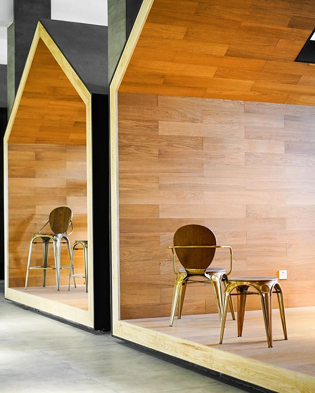 Mmmmm walnut and rose gold industrial pieces from @vorsen_au have us thinking about how to turn those modern build-outs into some killer collaboration nooks 🤔 . #workplaceculture #modernindustrial #glamindustrial #officefurniture #coworking #coworkingspacedesign #workspacedesign #workplacestrategy #gwaconference #gwaconference19