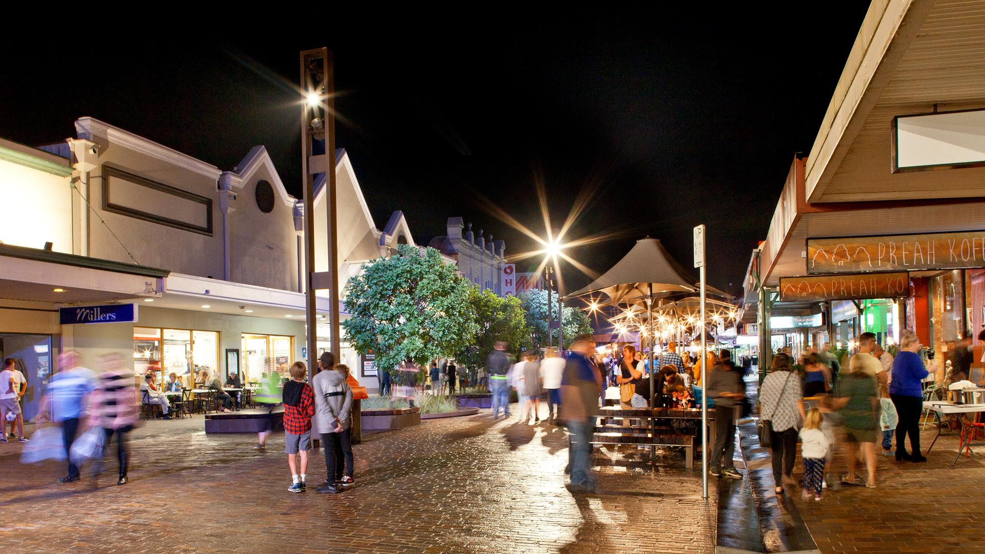 08.-MAITLAND-LEVEE-night-time-event-pillar-lights-and-shelter-lights-pedestrians-only_Simon-Wood.jpg