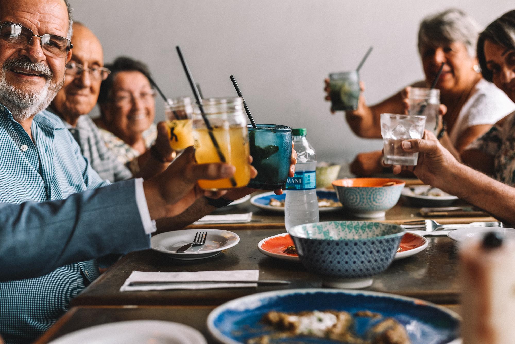Brindemos por la familia, brindemos por ellos, por los años que el Señor les ha concedido de vida.