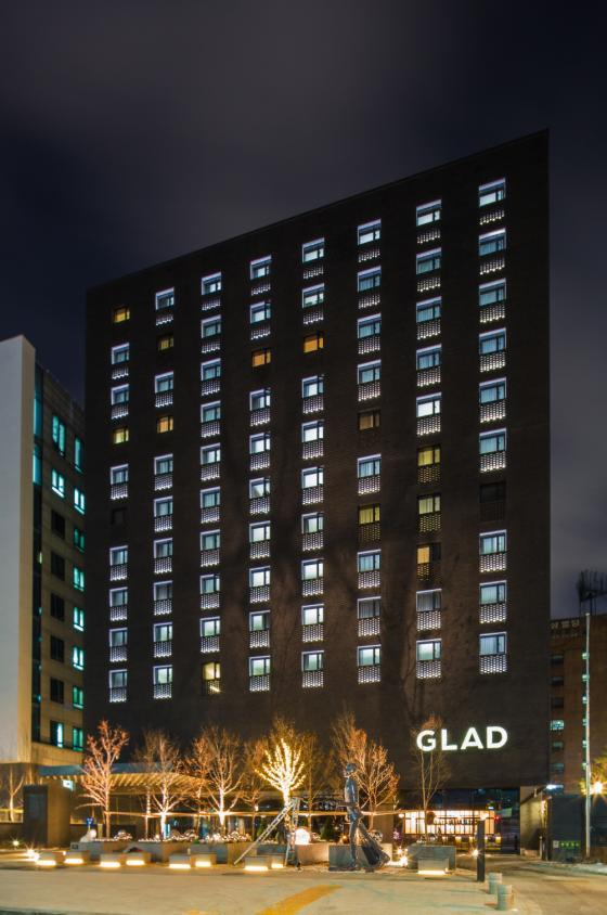 Accommodation - We provide accommodations for all participants of Debate Korea Open. Participants will stay at GLAD Hotel Yeouido, a global business hotel brand for smart travelers. For participants' convenience, 2-way bus to and from Kintex(the main venue) will be provided during all three days of the tournament.Debate Korea Open 참가자들에게는 여의도에 위치한 GLAD 호텔을 숙박시설로 제공됩니다. 참가자 분들의 편의를 위해 대회 기간 3일동안 메인 베뉴인 킨텍스로의 왕복 버스 서비스가 제공될 예정입니다.