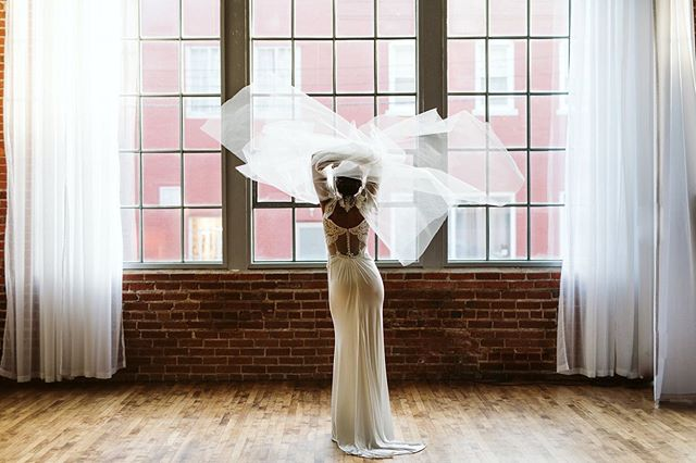 Hey! Beth here (: just wanted to drop in and give a little love to one of our talented vendors helping with the styled shoot this year. @veronicacoutureveils is a master artist when it comes to veils and capes. Working with her art on styled shoots before, I can say that what she creates leaves you wanting more. Her capes provide so much movement and bring a unique look to a brides attire. You better believe we're all going to be trigger happy at next weeks shoot 😍  Photo by @bethssolano