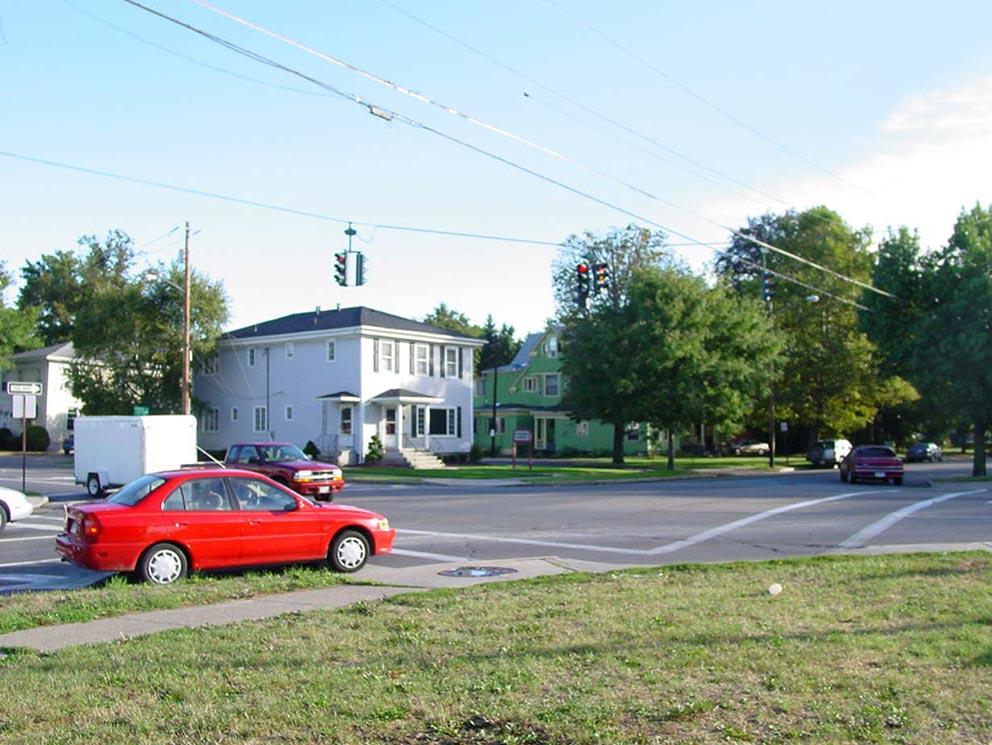 - Kreuzung Walnut Street / West Water Street in Elmira. Im Hintergrund erkennbar das grüne Apartment-Haus, in dem Jane 1963 mit Seth in Kontakt traten.