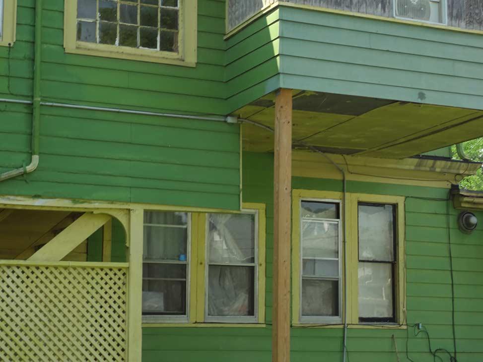 - Das Apartment-Haus an der West Water Street 458 in Elmira, in dem Jane und Rob bis 1975 lebten. Zu Janes und Robs Zeiten war das Haus in einfachem Weiß gestrichen und zeigte zudem eine große überdachte Veranda.