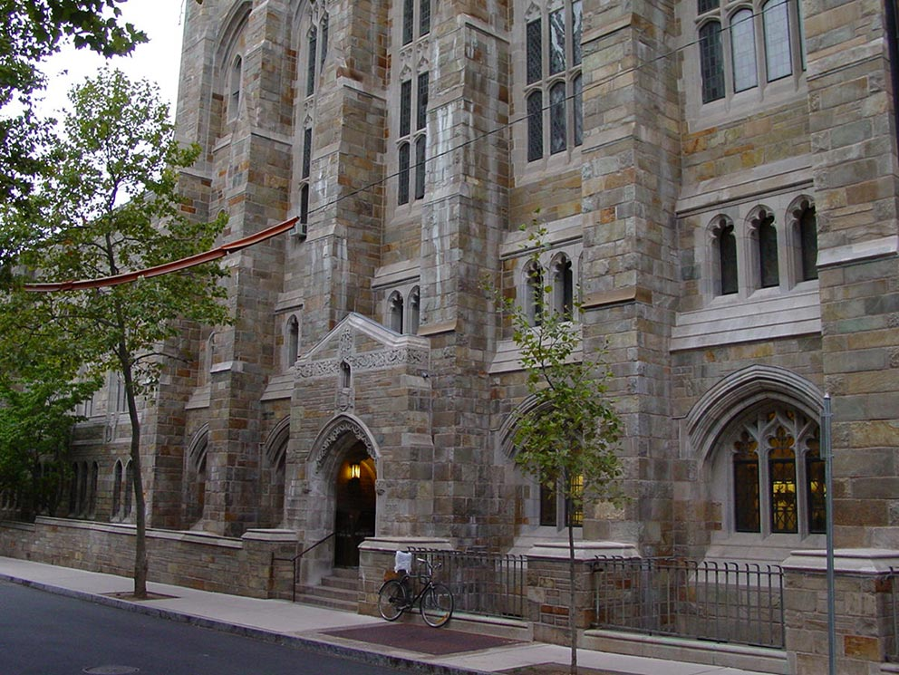 - Yale - Seiteneingang der Sterling Memorial Library.