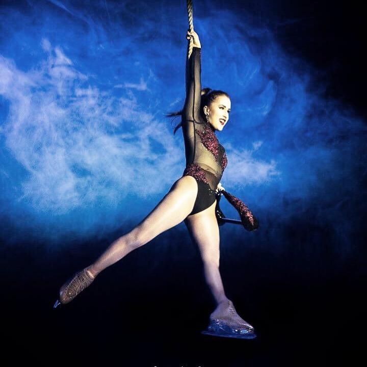 """AKROBATYKA POWIETRZNA - prowadząca KASIA FLORCZUKTrening składa się z rozgrzewki, ćwiczeń wspomagających elastyczność i wytrzymałość fizyczną oraz technik związanych z poszczególnymi rekwizytami takim jak: szarfy (silk) i koła (aerial hoop)Taniec na szarfach i kole łączy w sobie taniec, gimnastykę i akrobatykę w jednym.AERIAL SILK to technika wiązań, owinięć rąk, nóg i korpusu daje możliwość wykonywania w powietrzu widowiskowych elementów akrobatyki: szpagatów, arabesek czy splitów. Taniec na szarfach to połączenie piękna tanecznego ruchu z zapierającymi dech w piersiach ewolucjami w powietrzu.AERIAL HOOP zwane również """"lyra"""" lub po prostu kołem cyrkowym to wyjątkowa opcja na spędzenie wolnego czasu. To świetna zabawa połączona z solidnym treningiem, na którym łączymy elementy: akrobatyki, tańca i gimnastyki.Zajęcia będą odbywać się w dwóch grupach wiekowych:grupa dla dzieci AERIAL KIDS w wieku 6-12 lat we wtorki o godzinie 18:00, prowadzi Kasia Florczuk. DOŁĄCZ DO GRUPY! ostatnie 3 miejscagrupa dla młodzieży AERIAL TEENS w wieku 13-17 lat we czwartki o godzinie 18:00, prowadzi Kasia Florczuk. ZAPISZ SIĘ NA ZAJĘCIA! grupa jeszcze nie wystartowała"""
