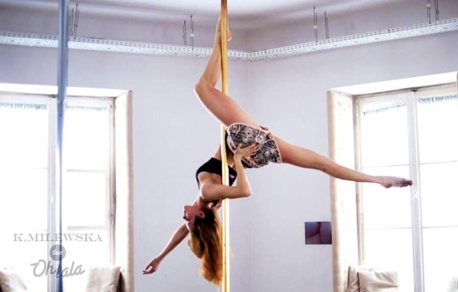 POLE ART - POLE ART KIDS & TEENS to doskonały trening wprowadzający do tańca, akrobatyki i gimnastyki artystycznej. Wzmacniamy siłę, uczymy precyzji i poprawiamy koordynację ruchową.Na zajęciach, w przyjaznej atmosferze, poprzez zabawy ruchowe oswajamy dzieciaki z akrobatyką, uczymy ruchu scenicznego i podstaw gimnastyki.Dbamy o odpowiednie rozciągnięcie, rozgrzanie i równomierne obciążenia wszystkich partii mięśni.Zajęcia będą odbywać się w dwóch grupach wiekowych:grupa dla dzieci POLE ART KIDS w wieku 6-12 lat we wtorki o godzinie 17:00, prowadzi Karolina Świetlaga DOŁĄCZ DO GRUPY! ostatnie 3 miejscagrupa dla młodzieży POLE ART TEENS w wieku 13-17 lat w czwartki o godzinie 17:00, prowadzi Karolina ŚwietlagaZAPISZ SIĘ NA ZAJĘCIA! grupa jeszcze nie wystartowała