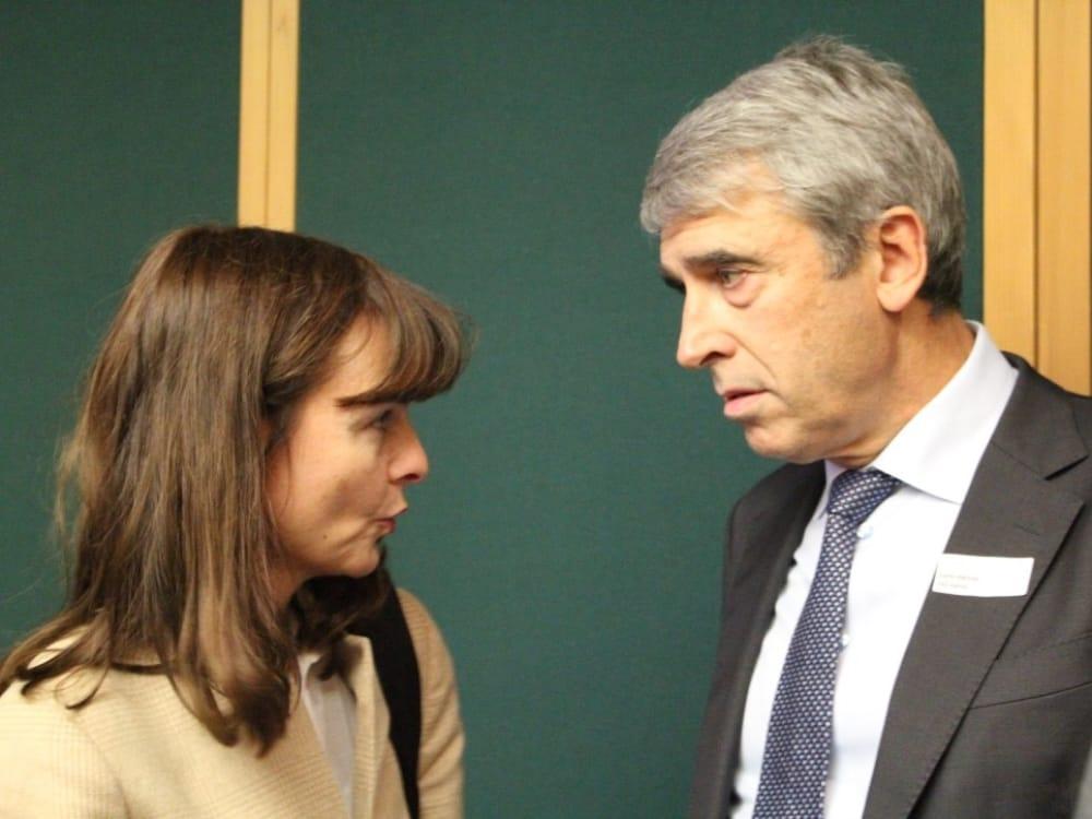 """Margit Geiger (links) und Carlo Hächler (rechts) am CGZ Forum """"Die Schweiz verkaufen"""""""