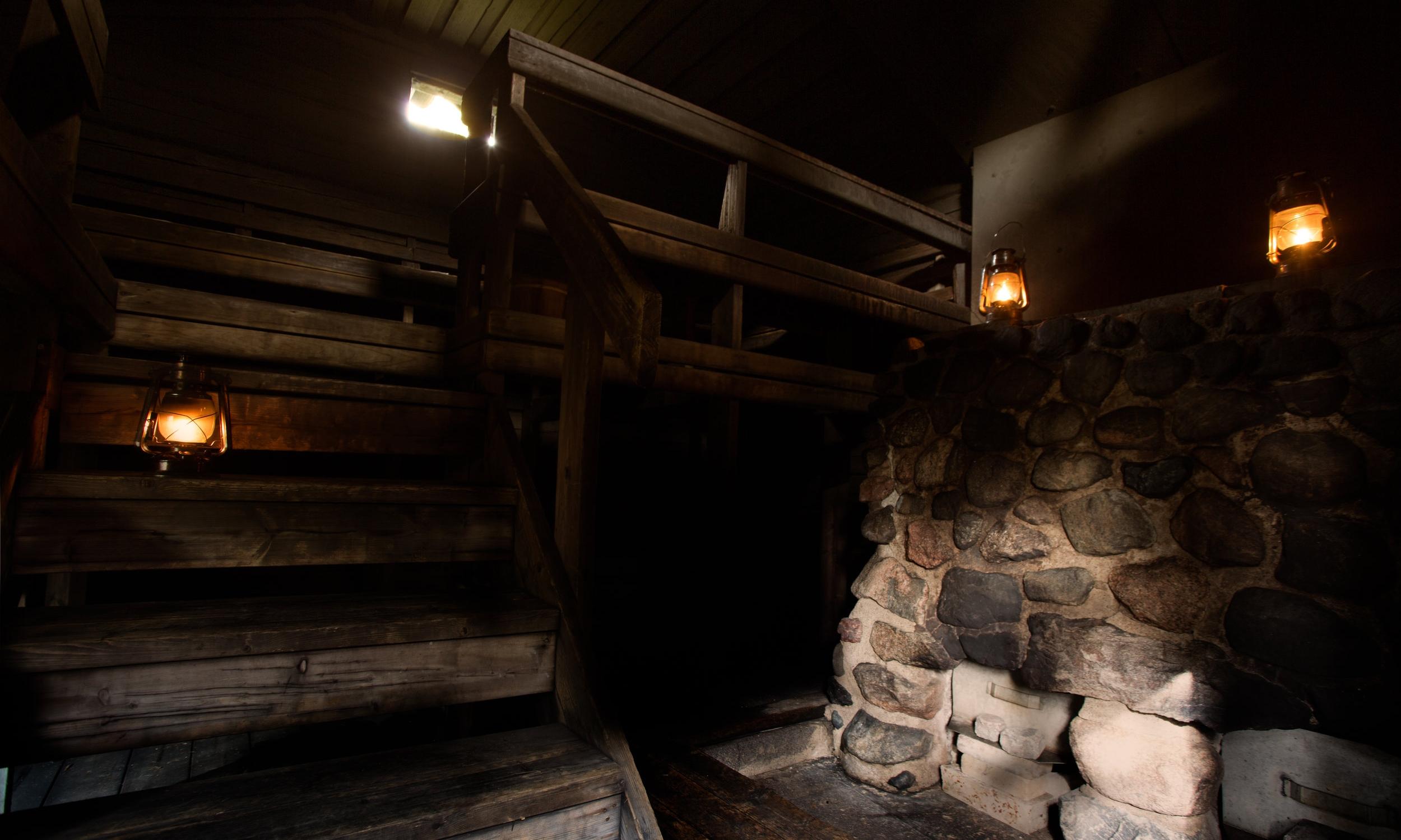 AITOA MENNEEN AJAN TUNNELMAA   Tunnelmallinen Perinnesavu on nimensä mukaisesti perinteiseen tapaan lämmitettävä savusauna. Tämä tarkoittaa sitä, että sauna lämmitetään sisältäpäin, eikä siinä ole savupiippua. Jo lähes kaksikymmentä vuotta vanhassa kiukaassa on kaksi tulipesää, jotka hohkaavat löylyhuoneen kävijöilleen juuri sopivan lämpimäksi. Perinnesavusaunamme ainoa ero historiallisiin esikuviinsa nähden on se, että maalattian sijaan lattia on valettu. Tämä sauna on ainoa laatuaan koko Helsingissä. Aidompaa savusaunakokemusta saa hakea.   Lue lisää kuvaa painamalla.      AUTHENTIC SPIRIT FROM THE PAST TIMES   Atmospheric Perinnesavu is heated in the way as the name states - traditionally. Meaning, the sauna is heated from inside and it has no chimney. Soon twenty years old stove has two fire boxes - they take care to spread the right amount of warmth for all the visitors. The only difference to the traditional Finnish steam saunas is the floor. Instead of plain earth, the sauna has a molded floor. This sauna is unique in all Helsinki and it provides the most authentic steam sauna experience.   Read more by clicking the picture.