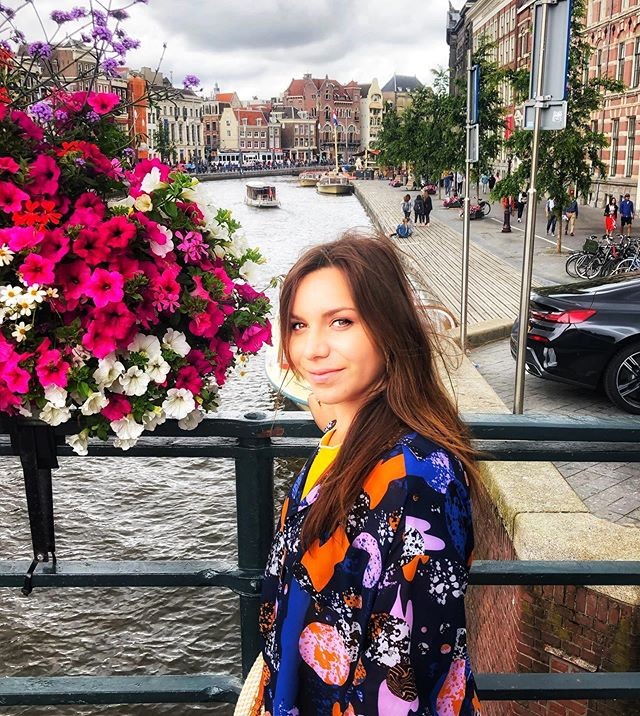 . . - A little picture of me for a break in Amsterdam - 💥  Very inspiring and pretty city, the capital of the Netherlands is filled with charm with its narrow brick architecture, you can see many bikes, coffee shops, pretty cafes and especially many art museums. ✨ Now I can say that I LOVE AMSTERDAM ❤️ PS : if you have some places to see absolutely in Amsterdam tell me 🙂 . . . . - Une pause à Amsterdam - 💥  Jolie ville et très inspirante, la capitale des pays bas est remplie de charme avec son architecture en brique étroite et pas droite, ses nombreux vélos, ses coffee shop, les jolis cafés et surtout ses nombreux musées d'art. ✨ Maintenant je peux dire que j'AIME AMSTERDAM ❤️ - - - - - #amsterdam #photography #pictureoftheday #placestosee #art #mood #picoftheday #amsterdamcoffeeshop #travelphotography #travel #netherlands #mocomuseum #thebulldogamsterdam #dam #nordic #discover #inspiration #goodvibes #photooftheday #portraitphotography #portrait #architecture #architecturephotography