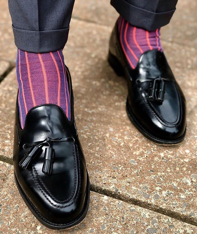 Fab combo of @alfredsargent loafers, top gentleman's shoe makers, with High Arches Royal Blue Socks. 🧦 Royal Blue is a mix of purple and blue yarns, usually takes more work to create it. Back in a day it was only present in royal family and elite environment. Now, this beautiful colour is fashionable and popular across the globe. Goes really well with casual trousers as well as suit. Socks are approx mid calf length and we have used Fil d'Ecosse to create them. Red shadow finish adds vibrance and energy to these luxurious socks.