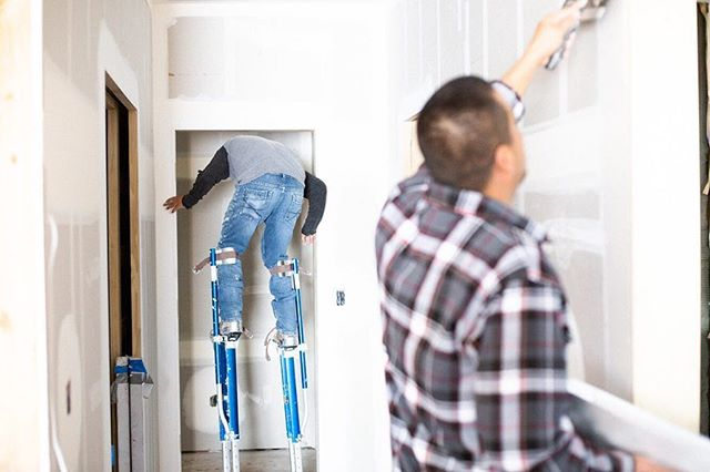To this day I am both impressed and terrified when I see guys cruising around on stilts. I'm sure they'd probably feel similarly if they caught a glimpse of us walking plates. To each their own I guess!  #🤷🏼♂️ #construction #sci #spielerconstruction #carpenterlife #drywall #drywallfinisher #drywallnation #constructionlife #stilts #stiltwalker #anxiety