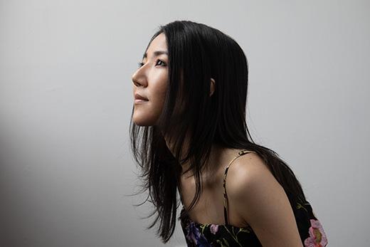 竹内まりか - Marika Takeuchiコンポーザー、ピアニスト、サウンドクリエーター---------神奈川県出身3歳よりピアノを始め、その他幼少期にバイオリン、ホルンなどを演奏。 尚美ミュージックカレッジ作編曲学科を卒業後、2012年にバークリー音楽院映画音楽作曲 学科を卒業。ボストンを拠点にアメリカ国内外の短編映画やコマーシャル音楽に作曲家、ピア ニストとして携わっている。アメリカで自身のアルバムを4枚リリースし、今年最新アルバムMeldingをイギリスのレコード レーベルよりリリース。ヨーロッパでも高い評価を受けている。