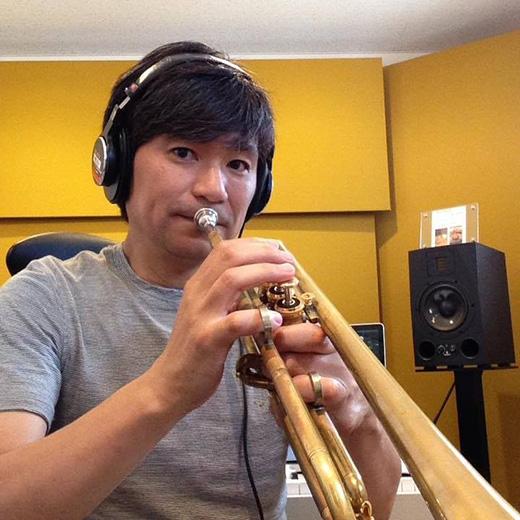 小野 秀幸 - Hideyuki Onoサウンドプロデューサー / サウンドディレクター / コンポーザー /トランペッター---------東京都出身。5歳よりピアノ、12際よりトランペットを始め中学高校では吹奏楽部に所属。1997年にコナミ株式会社に入社。コナミには17年在籍し、コンポーザーとして制作を行う一方でサウンドディレクション、サウンドチーフなどを務めた。その間に担当したタイトルは、音楽ゲーム(ギターフリークス、ドラムマニア、ポップンミュージック、ユビート、ビートマニアなど)をはじめ、クイズマジックアカデミー、ビシバシチャンプ、サイレントスコープ、アクション刑事、スティールクロニクル、スコット、など多数。自身のアルバムを2枚リリースし、ライブや演奏活動を行っている。2015年小野音楽事務所設立と同時に株式会社 FIVE LEAF CLOVERに参画。