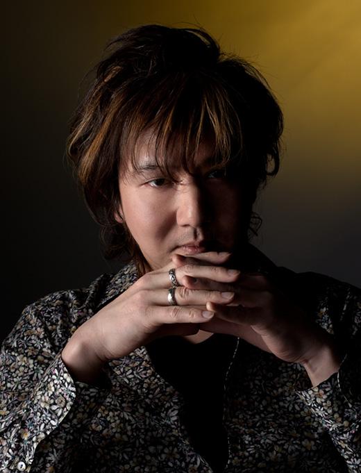 田中 智之 - Tomoyuki Tanaka株式会社 FIVE LEAF CLOVER代表取締役サウンドプロデューサー / サウンドディレクター / コンポーザー /サウンドクリエイター / キーボーディスト---------兵庫県出身。楽器を嗜んでいた祖父母の影響で幼少の頃から音楽に興味を持ち、ピアノを学ぶ傍ら中学から作曲を始める。大学卒業後、バンド活動を経て2003年コナミ株式会社に入社。ゲームサウンドの制作、多数のゲームサウンドトラックCDやアレンジアルバム、DVDの制作に携わる。コナミ退社後、2013年11月に株式会社 FIVE LEAF CLOVERを設立、代表取締役に就任。アメリカのバークリー音楽大学へ留学し、フィルムスコアリングを学ぶ。サウンドプロデューサー、サウンドディレクターとして多数のゲームのBGM・効果音制作・音響制作・アニメーションの劇伴制作などを担当している。