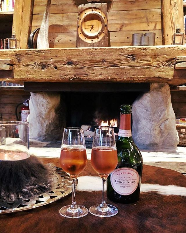 Enjoy a glass of champagne at Chalet Anna this season ✨🥂We still have availability for the winter ❄️ Please contact us for more details . . . . . . . . . #pinnacleski #luxurylifestyle #alps #london #chalets #yourskischool #spa #privatejet #powder #heliskiing #helicopter #luxuryliving #winteriscoming #ski #skiing #onlythebest #travel #megeve #chamonix #champagne #laurentperrier #mountains #alps #chaletanna #winterseason #luxury