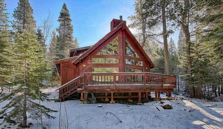 Tahoe Happy Hour House - Enjoy a long weekend in this 3 bedroom, 2 bath cabin on the edge of Tahoe National Forest. Includes guest passes and discounts for golf, private beach club, gym, tennis courts, and hot tub.