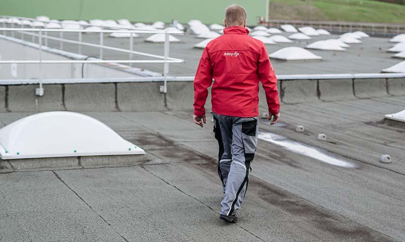 Bei einem richtig gesicherten Dach (gesicherte Lichtkuppeln & Dachrandsicherung) ist keine PSA nötig.
