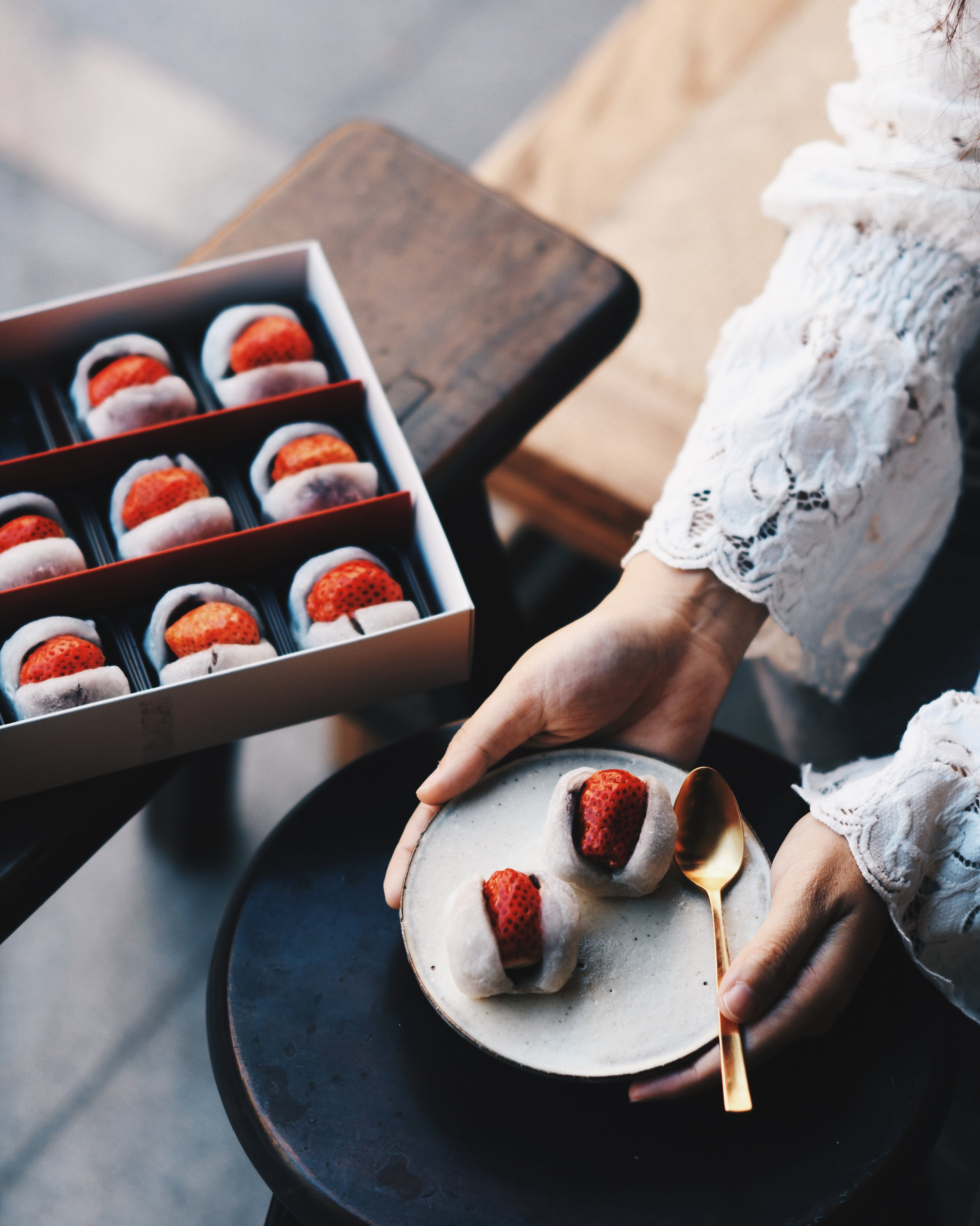 草莓大福 /  滋養製菓   Strawberry Mochi dreaming🍓 . 來到迪化街老鋪買大熱的草莓大福*⋆ 雖然草莓沒有東京築地的大 但這個大福沒有東京的甜  比較合我口味♡